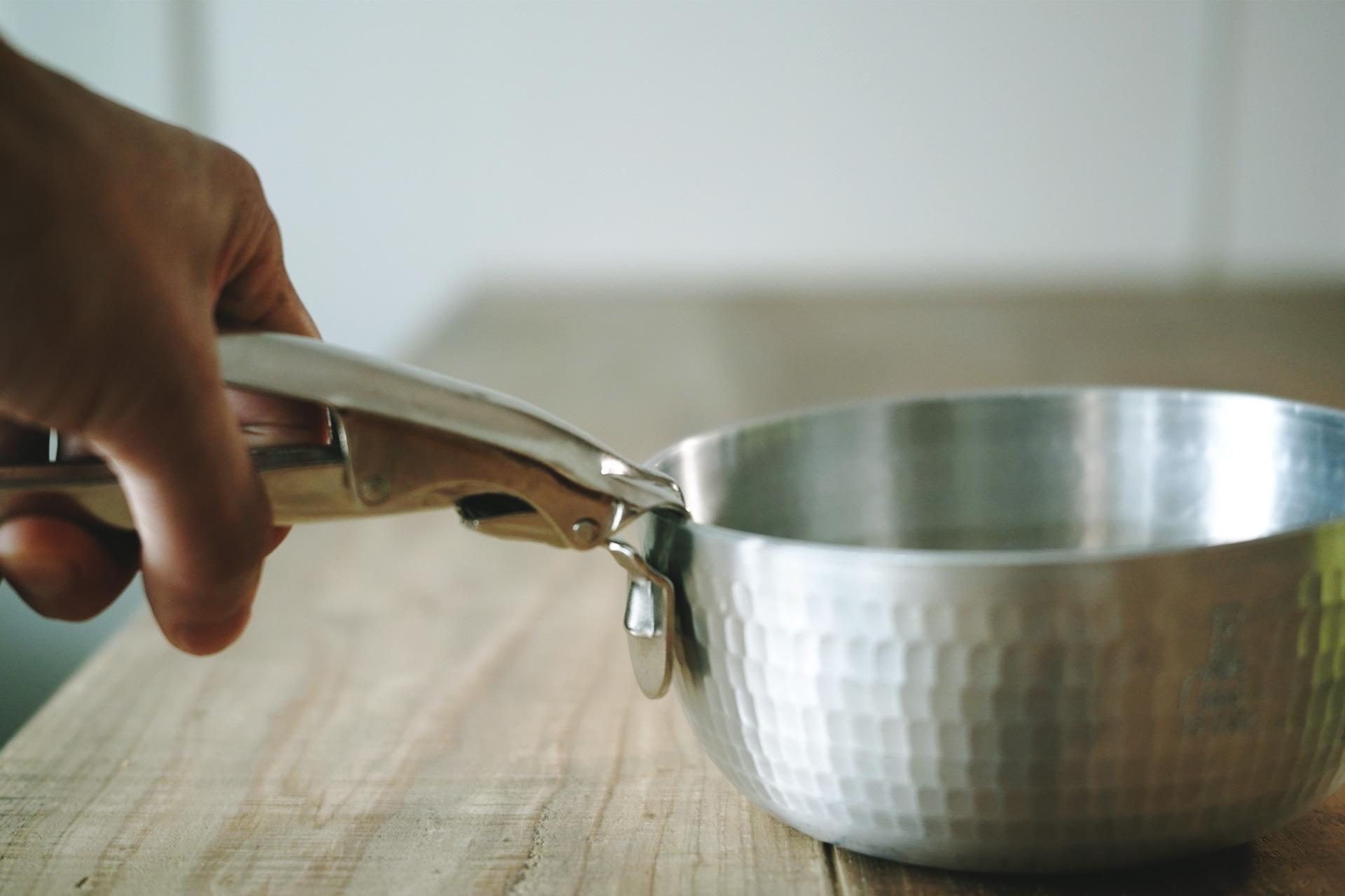 ヤットコ鍋15cmとパングリッパーPG-L型使用例「中尾アルミ製作所」