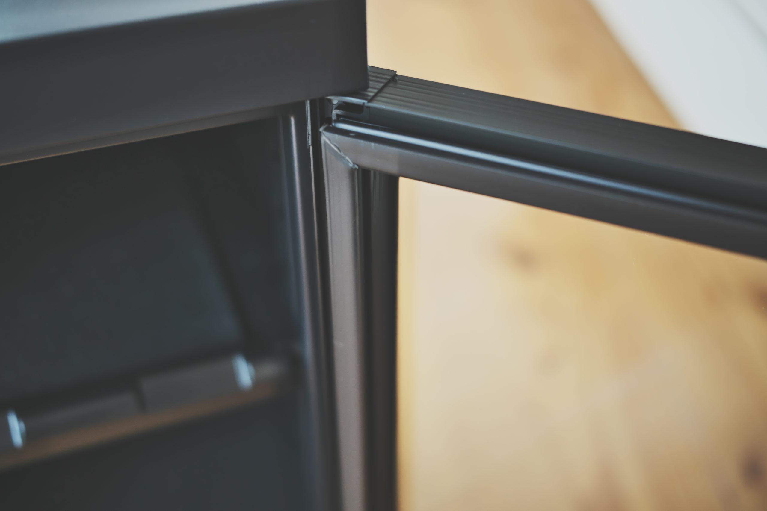 防湿庫「ReCLEAN」アナログ湿度計の設置個所(ガラス扉の裏側)