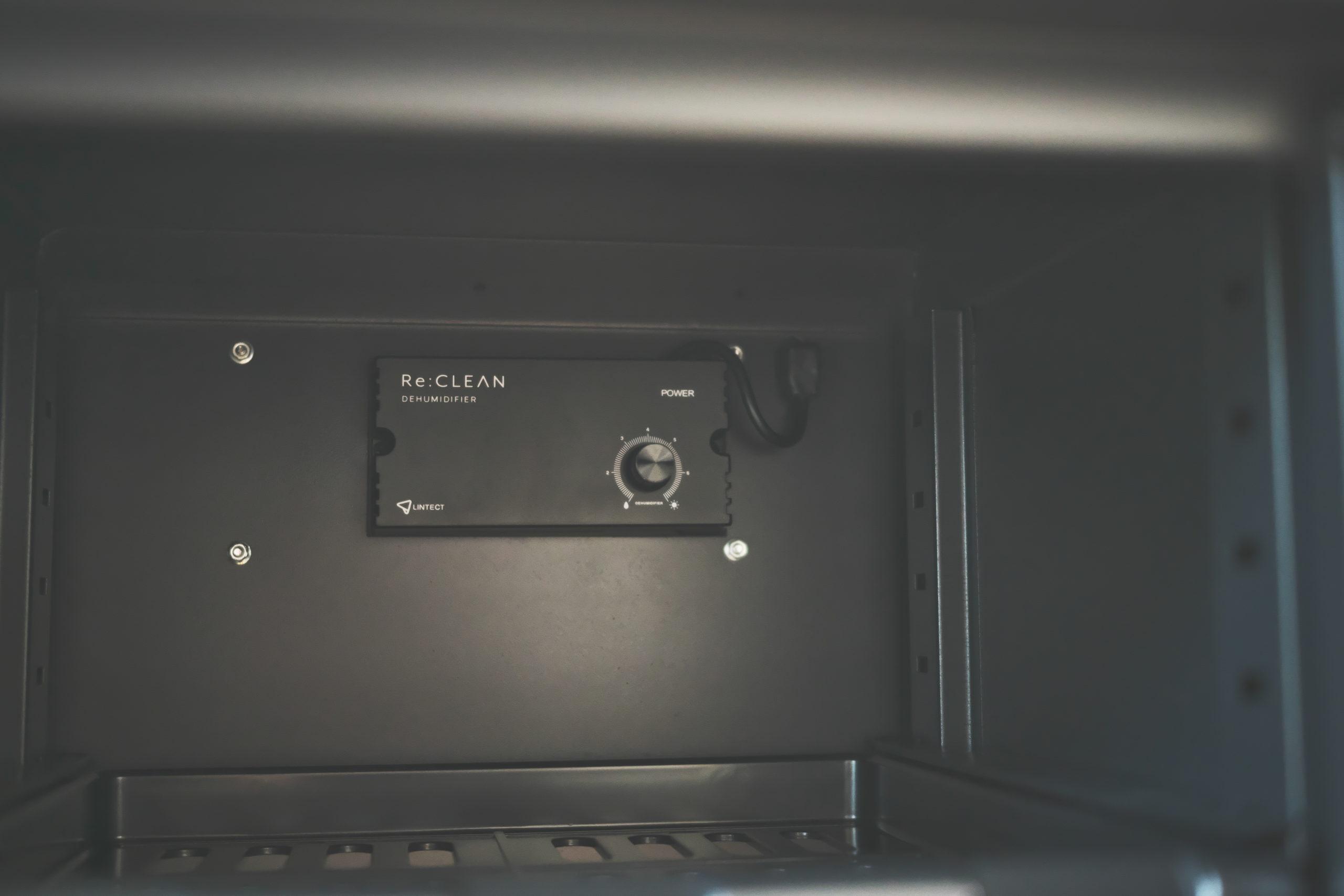 電子ドライユニットの湿度調節ダイヤルで調整|防湿庫「ReCLEAN」