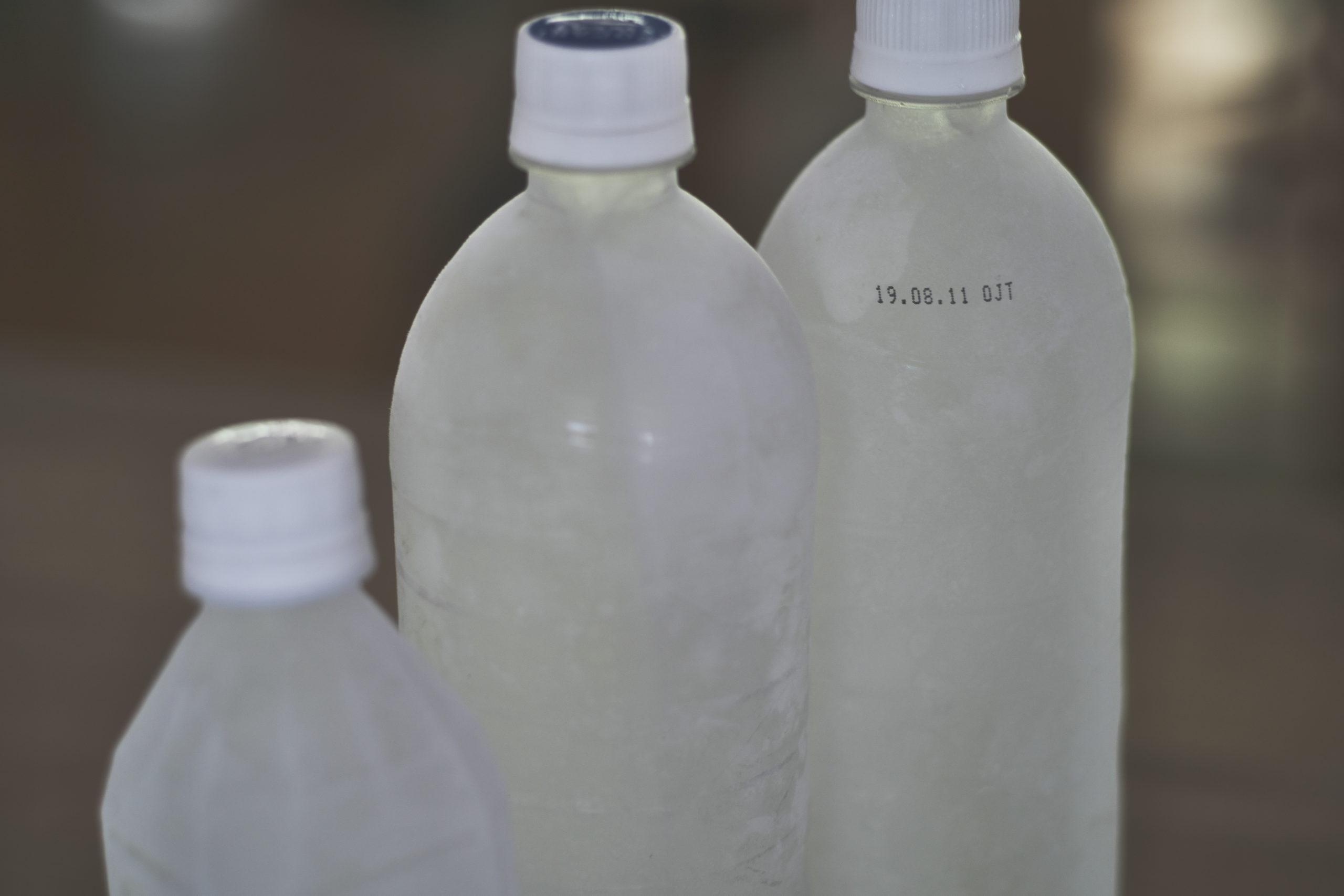 停電時の防災の備え:ペットボトルの水を冷凍。
