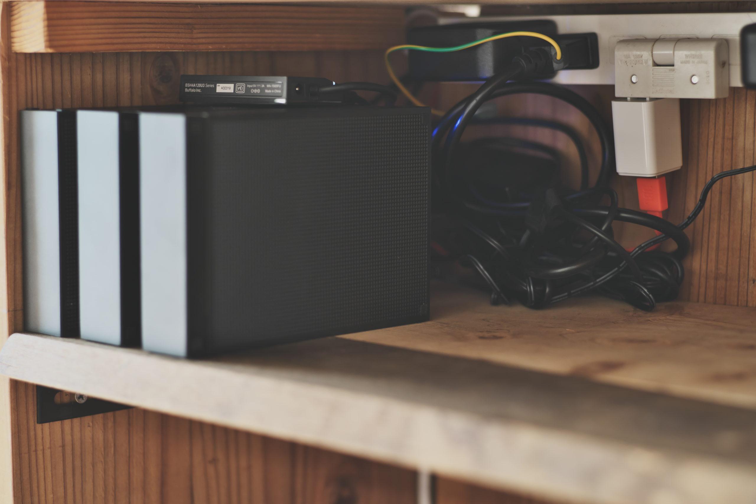外付けハードディスクとPCの電源コード、接続ケーブル