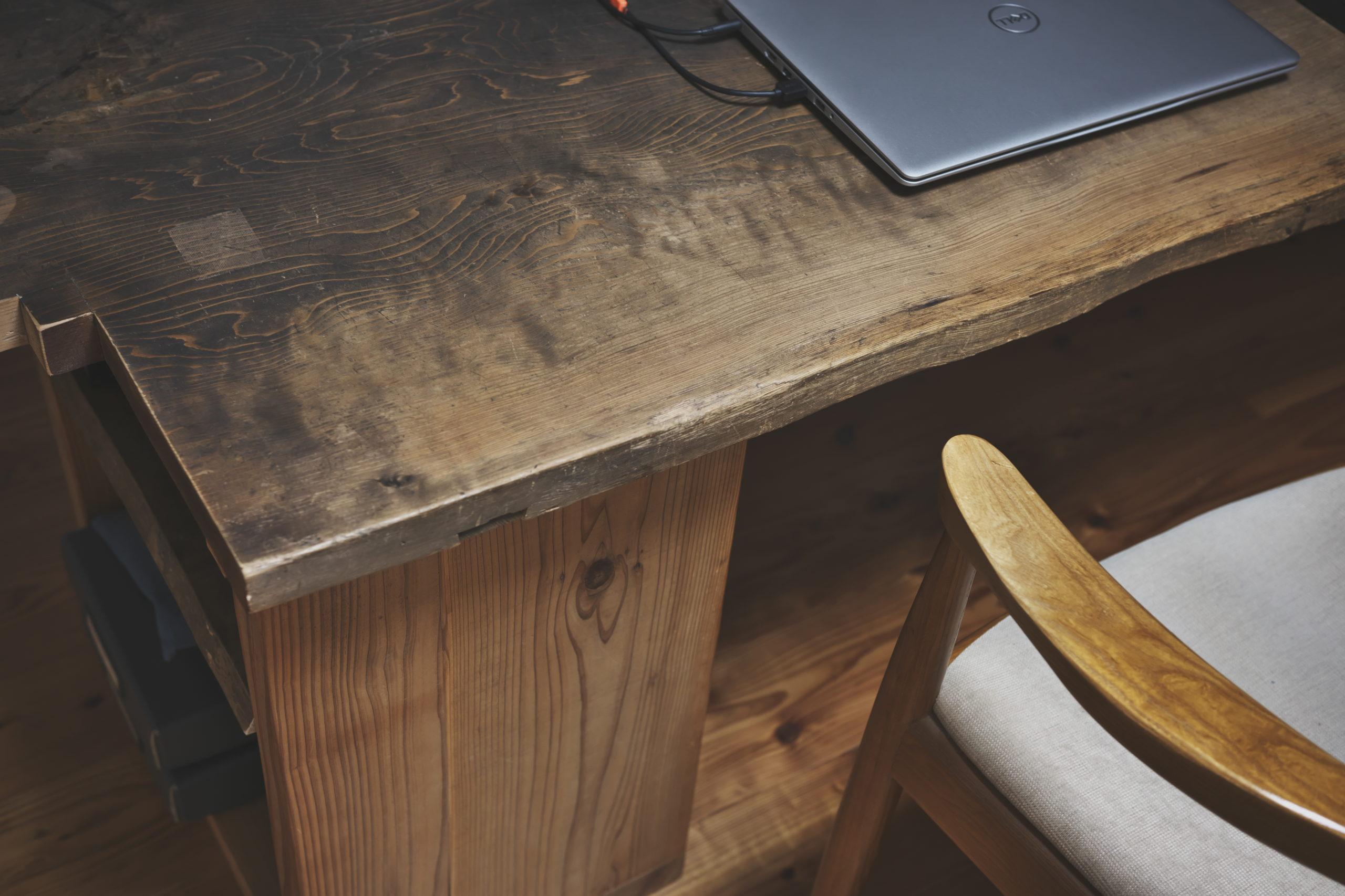 パソコンとテーブルとイス