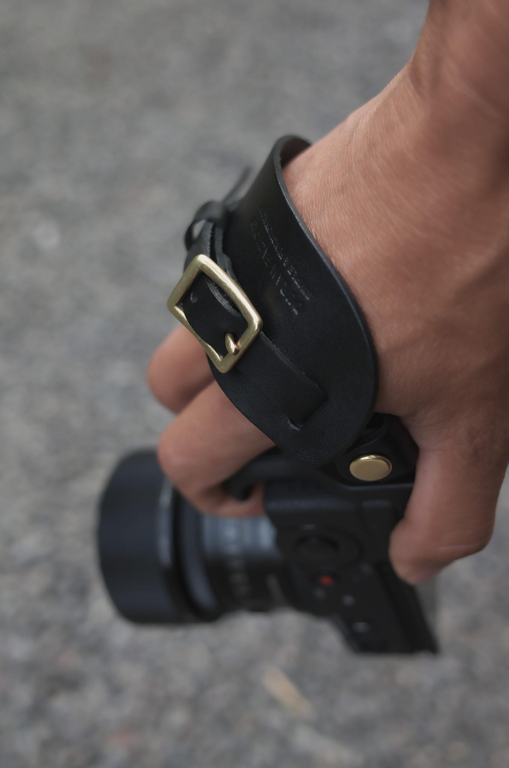 カメラに手を縛りつけないDURAM革製ハンドストラップ
