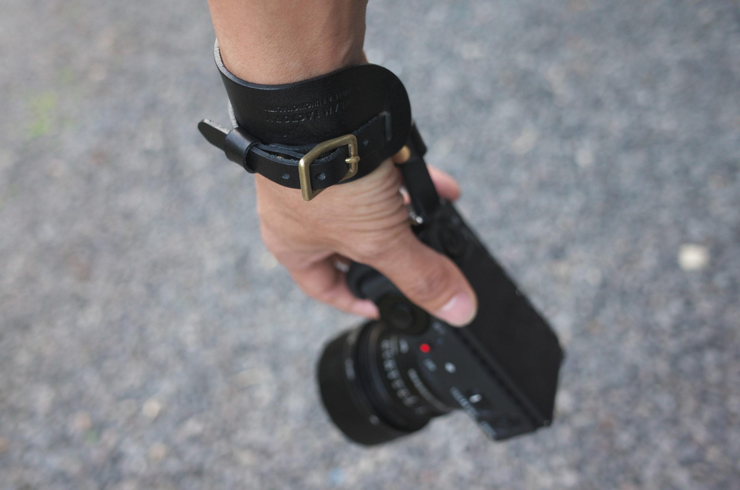 手首につけて持ち運ぶ DURAMカメラ用革製ハンドストラップ