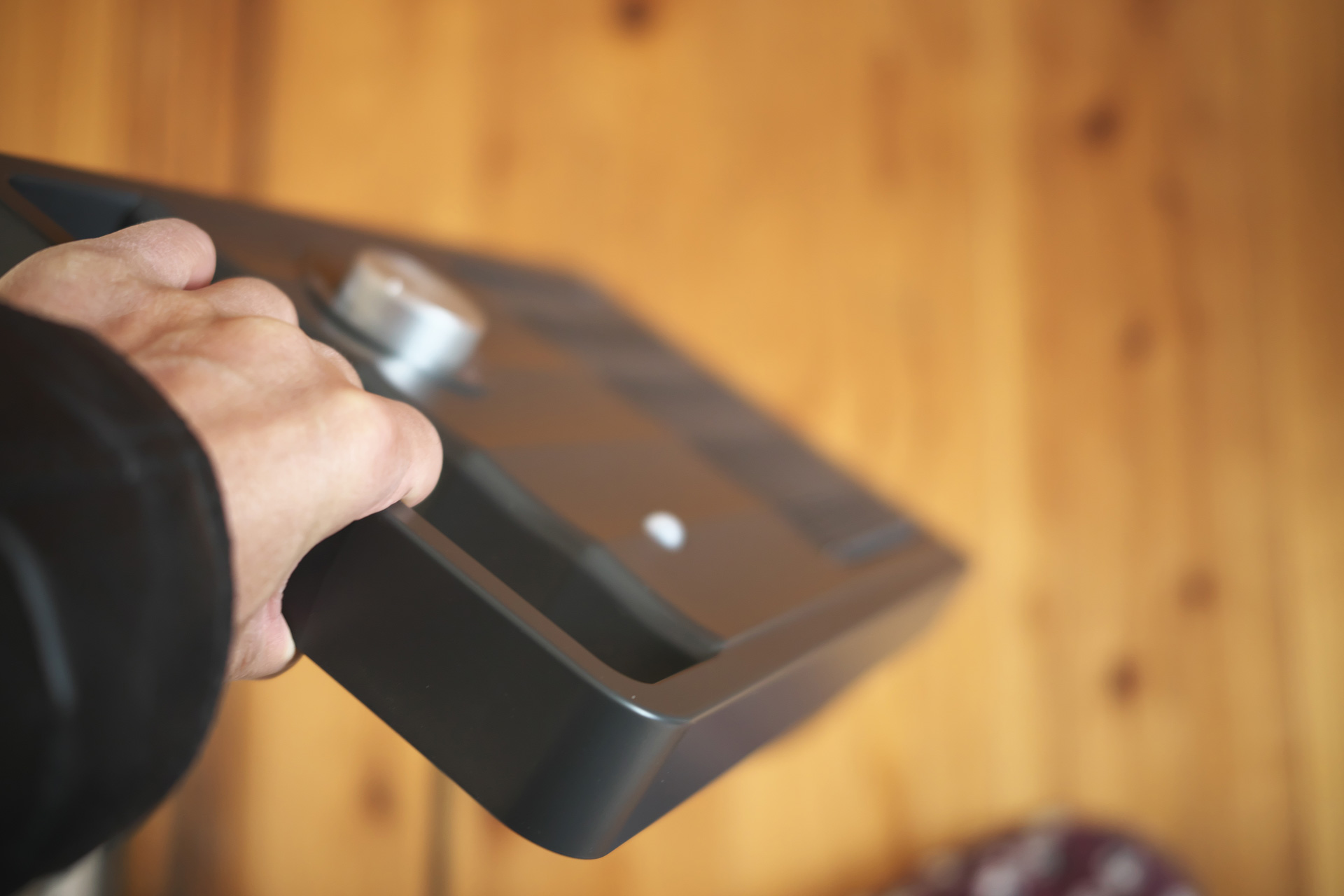 取っ手がついて軽くて持ち運び楽々:人感センサー付セラミックファンヒーター「NAFCO W-01」