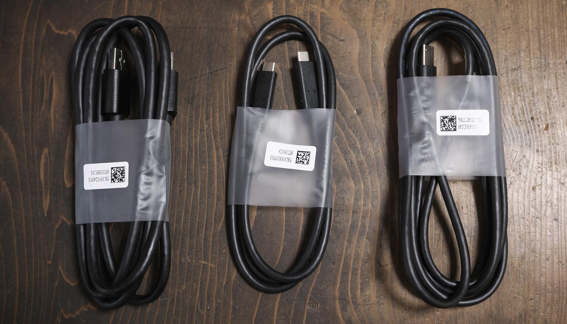 Dellモニター「U3219Q 31.5インチ 4K HDR USBーC / IPS」の付属品(コード・USB-Cケーブル類)