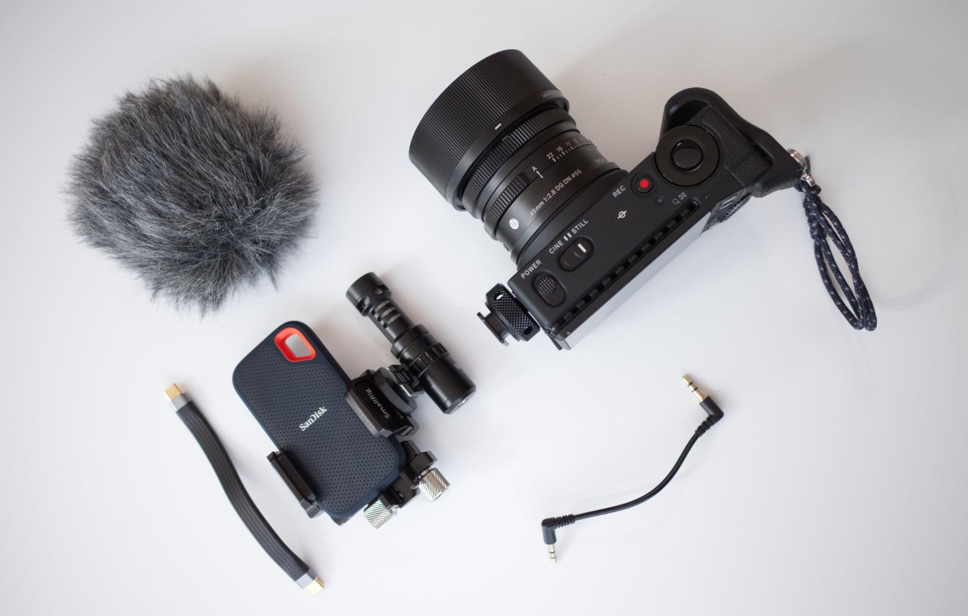 SIGMA fp + SmallRig SSDクランプ + RODE VideoMicroのマイク + USBケーブルの組み立て前の写真