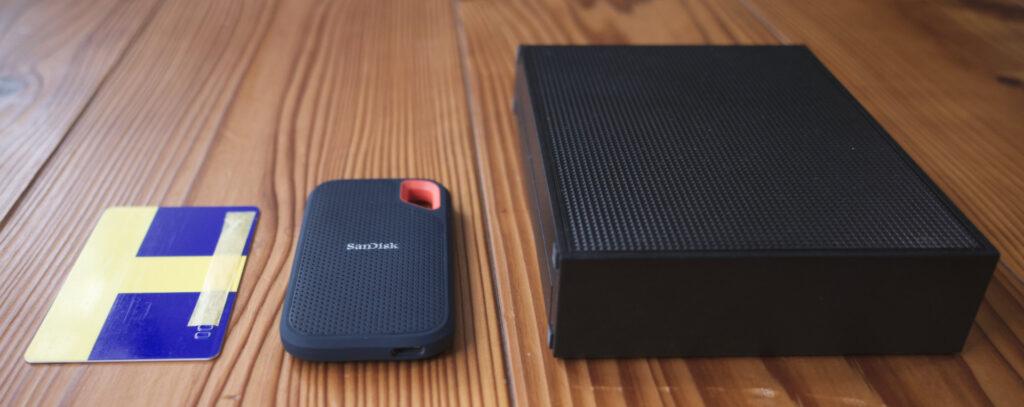 SUNDISK ポータブルSSD 2TB vs IO DATA HDD 6TBの外観サイズ比較画像