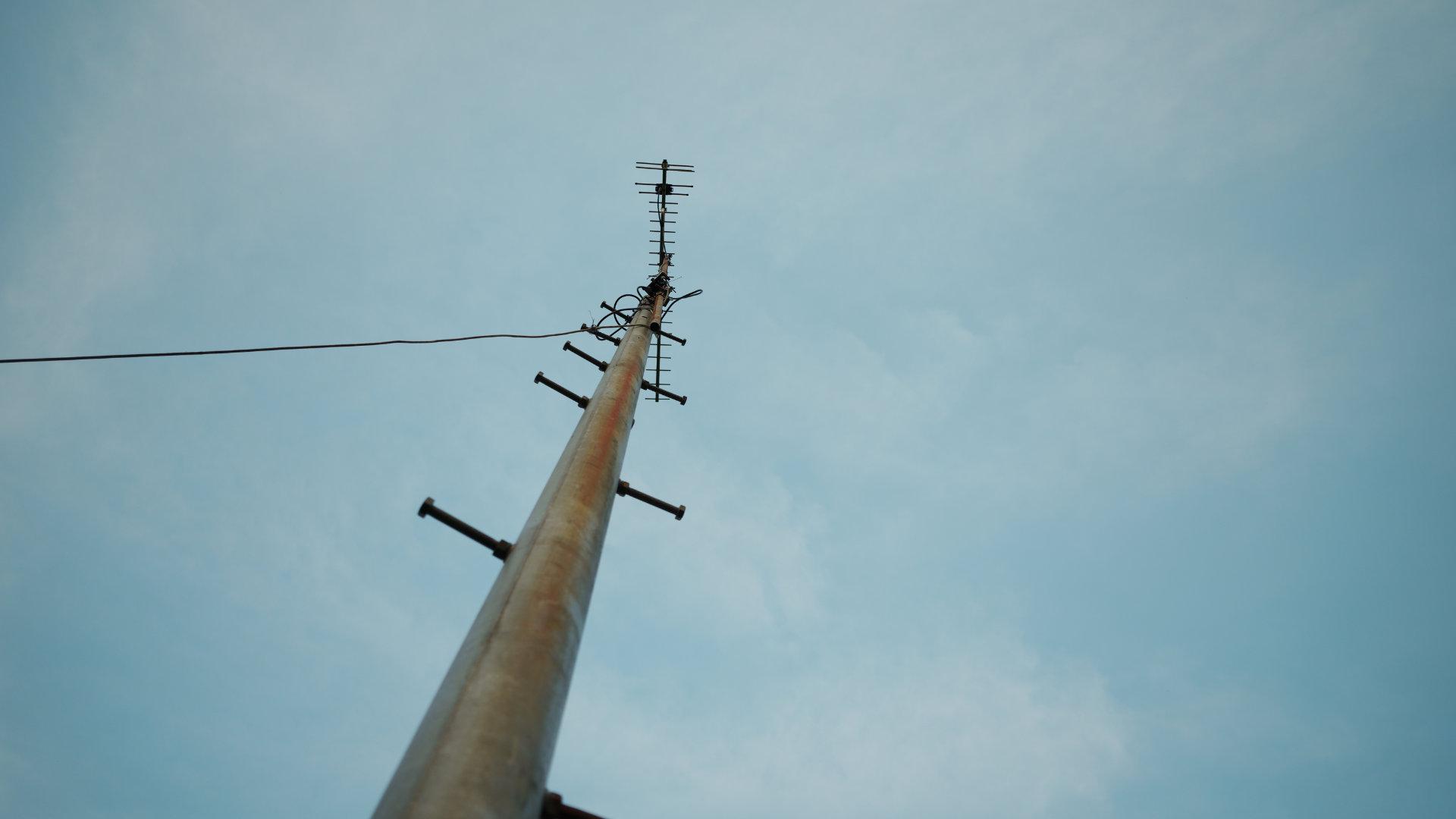 「空と電柱」カラーモード「パウダーブルー」Camera : SIGMA fp Lens : Sigma 24mm F3.5 DG DN Contemporary