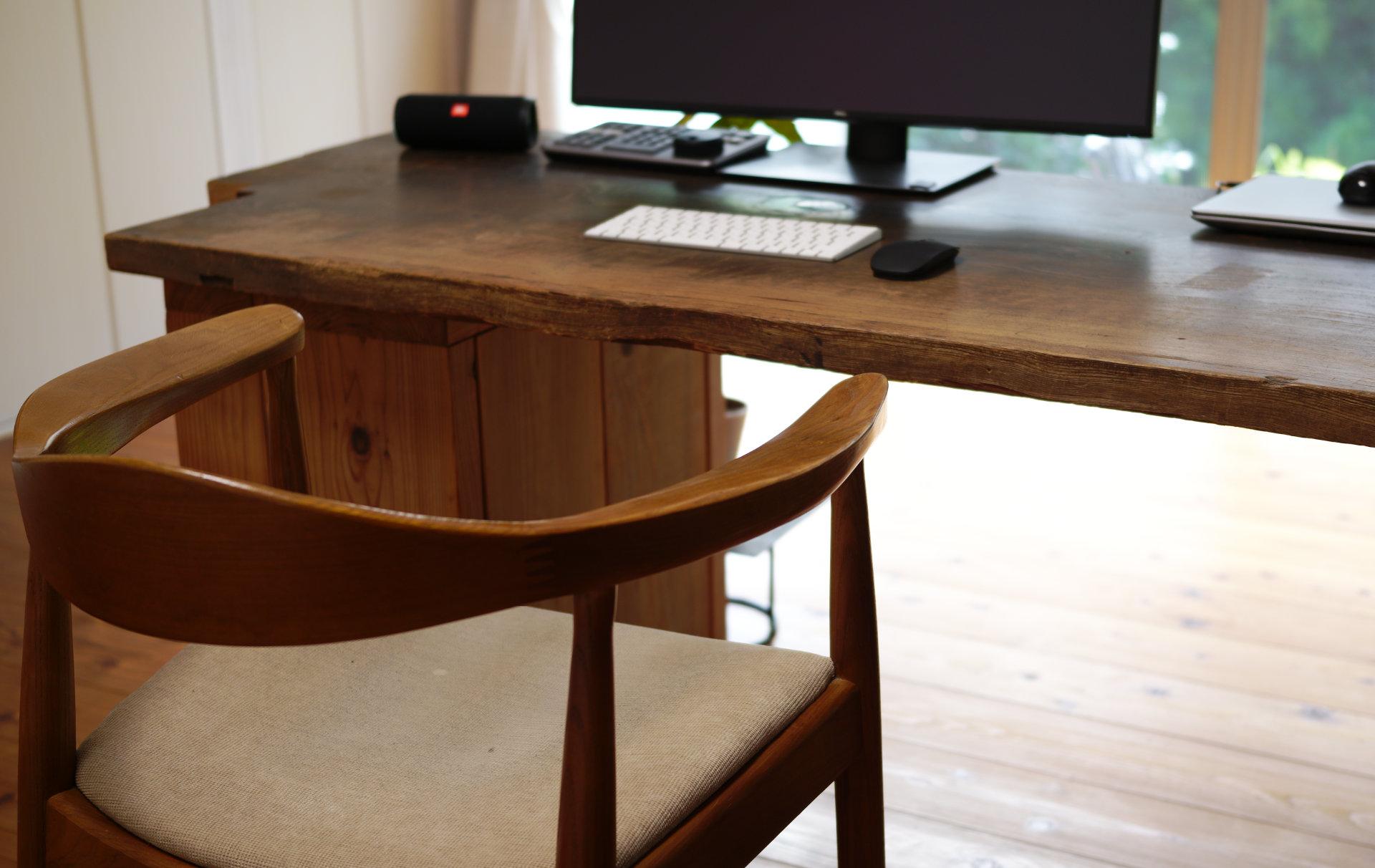 PCデスク設置イメージ北欧デザイナーズ木製チェア「PP503 The Chair / ハンス・J・ウェグナー」