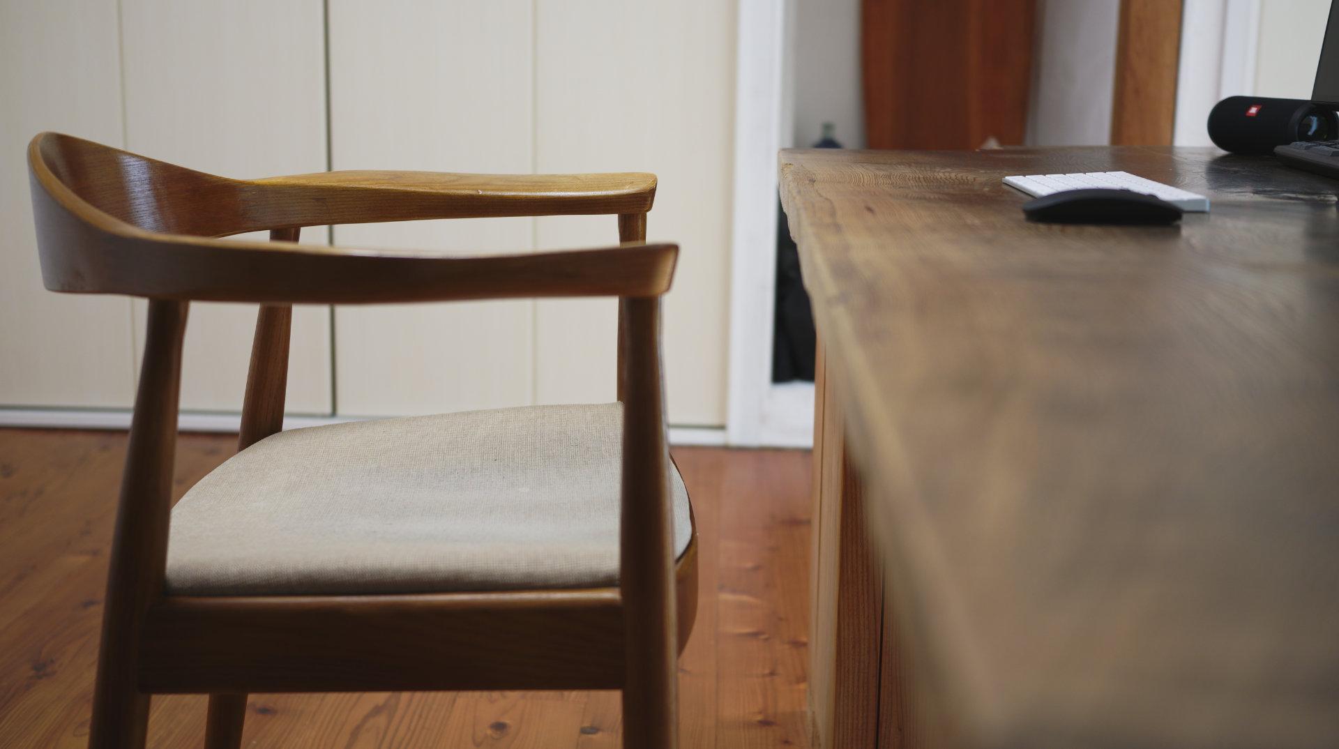 デスクワーク側面 北欧デザイナーズ木製チェア「PP503 The Chair / ハンス・J・ウェグナー」